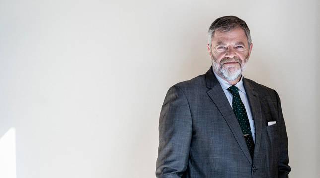 Manos en los bolsillos y mirada al frente, el embajador de Alemania en España, Wolfgang Dold.