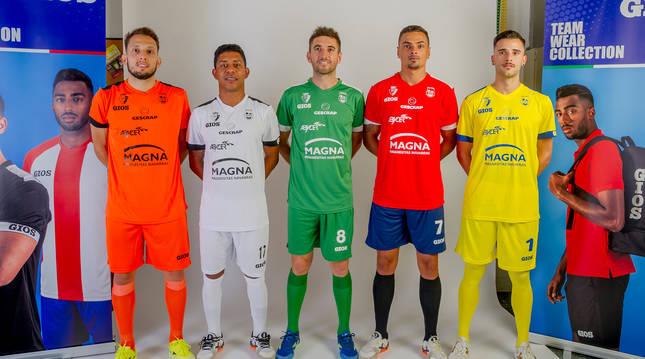 Los jugadores Linhares (equipación de portero-jugador), Bynho (blanca), Roberto Martil (verde), Mancuso (roja y azul) y Asier (amarilla de portero) presentaron la nueva ropa, de la marca GIOS, que lucirá Osasuna Magna esta temporada.
