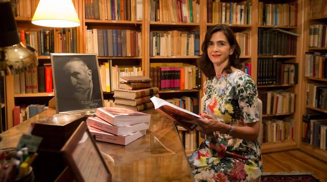 Marialuz Vicondoa posa con la biografía de Federico Soto en el mismo despacho en el que el psiquiatra pamplonés pasó consulta.