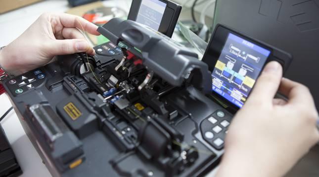 Imagen de un laboratorio de fotónica de la UPNA.