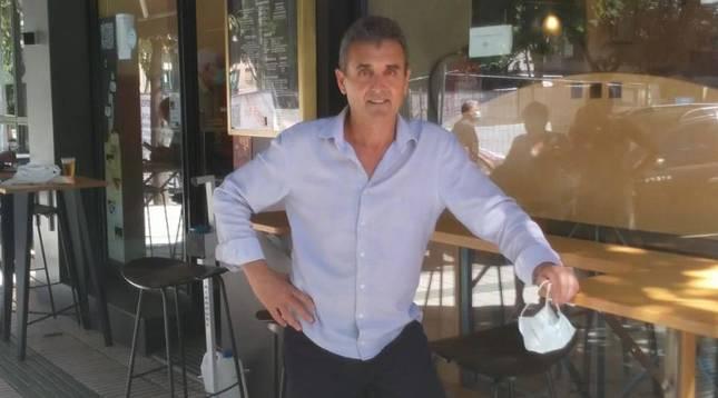 foto de Raúl Fernández el dueño del Bar Chelsy en la puerta de su local en la calle de Iturrama.