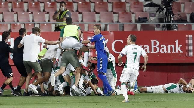 Nino corre hacia sus compañeros del Elche tras marcar Pere Milla el gol que les daba el ascenso.