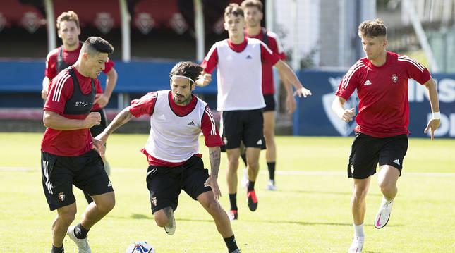 Rubén García y Marc Cardona presionan a Roncaglia durante el entrenamiento matinal de este lunes, 24 de agosto.