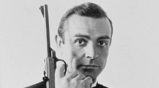 Sean Connery, caracterizado como James Bond.
