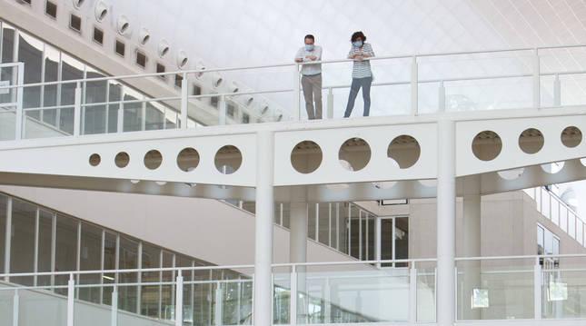 El rector de la UPNA, Ramón Gonzalo, siguiendo la EvAU en la Biblioteca.