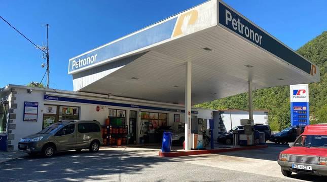 FOTO DE Varios vehículos se disponen a repostar en la gasolinera de Aribe, en una foto tomada ayer.