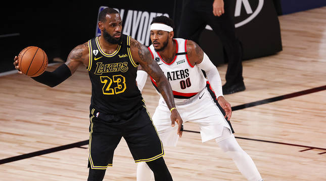 LeBron James controla el balón ante la mirada de Carmelo Anthony durante el Lakers-Trail Blazers.