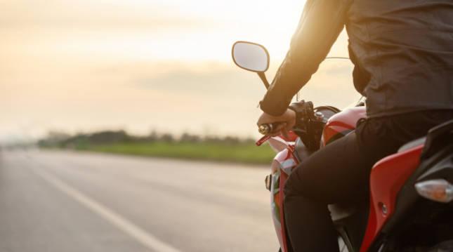 Imagen de un motorista circulando por carretera