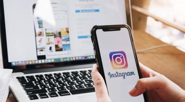 Imagen de la aplicación Instagram en un móvil y en un ordenador