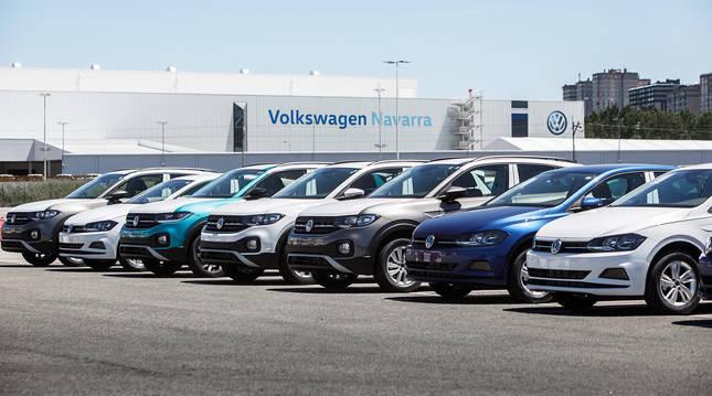 Campa de la fábrica de VW Navara en Landaben con varios modelos aparcados.