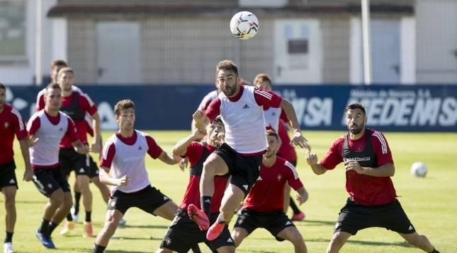 Adrián remata el balón durante un entrenamiento con Osasuna.