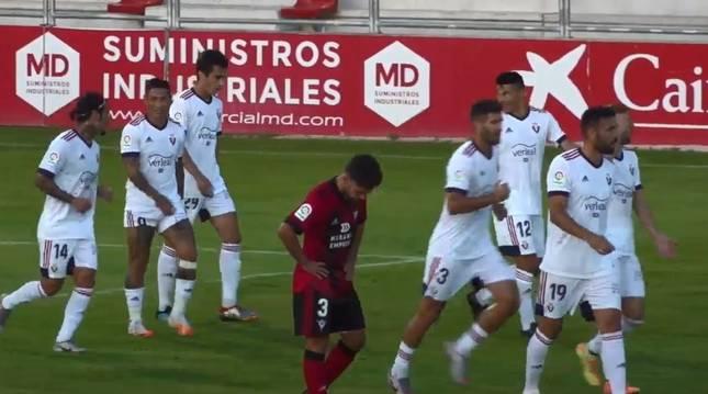 El Chimy Ávila (a la izquierda), tras el 0-1 marcado por Roncaglia en el minuto 49 del partido.