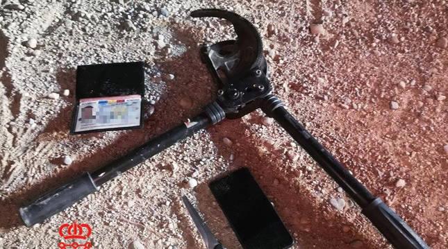 Cizalla y cuchillo incautados a los dos detenidos cuando intentaban robar en Tudela.