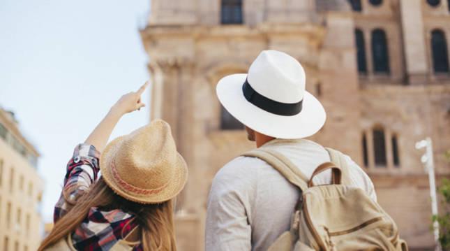 Dos turistas recorren la zona más céntrica de una ciudad