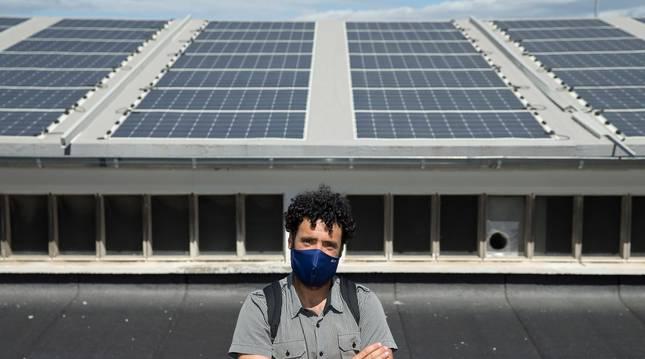 foto de Javier Zardoya, responsable de la Agencia Energética, frente a las placas fotovoltaicas del edificio de la Policía Municipal de Pamplona.