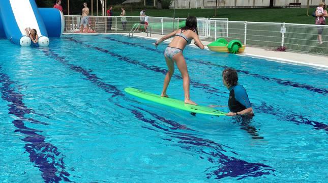 En 2017 se organizó un evento en las piscinas de Echavacoiz para acercar a la gente a este deporte. Josetxo Villanueva enseña a una joven.