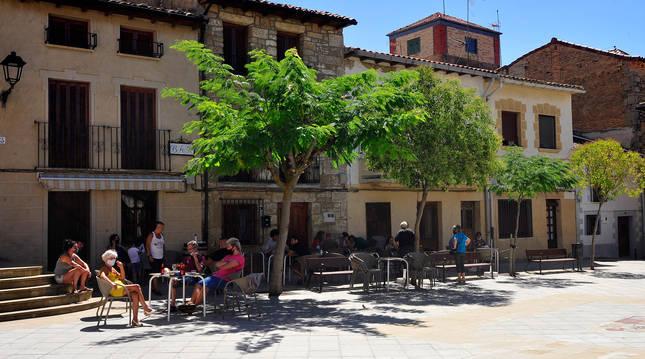 Personas disfrutando del vermú veraniego en la plaza del Ayuntamiento de Pitillas.