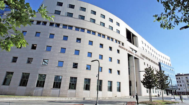 Entrada al Palacio de Justicia de Pamplona esta semana, con apenas trasiego de personas.