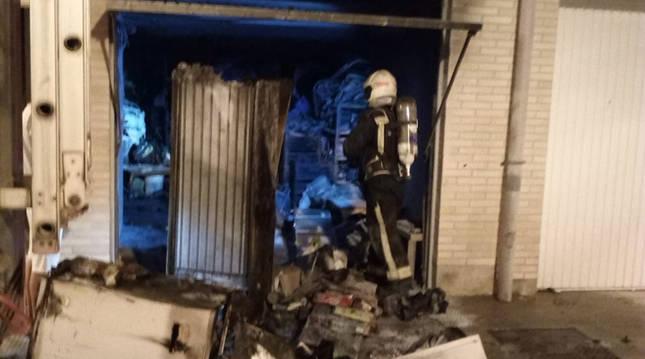 Vecinos contienen con extintores un incendio, sin heridos, en un garaje
