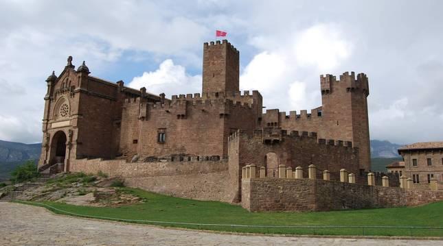 foto de Vista general del Castillo de Javier, lugar del que parte el sendero circular Peña de Adiós que se extiende durante 8,3 kilómetros.