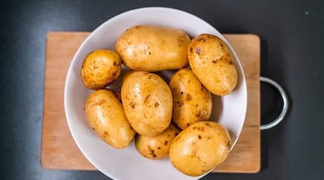Un plato de patatas, la base de la tortilla más popular en España