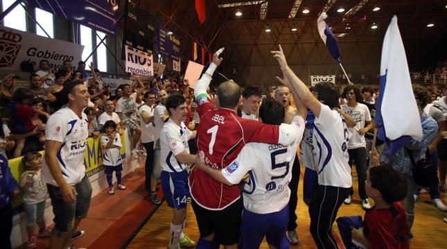 La afición y varios jugadores del Ribera celebran el ascenso a Primera División logrado en 2011.