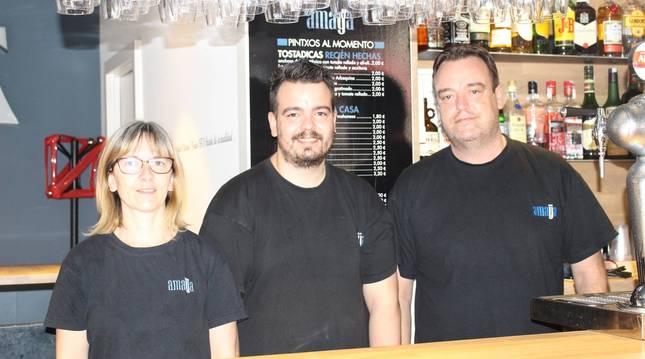 Foto de Uxua Martínez, Igor Bayona y Tomás Bayona, gerentes del Bar Amaya de Pamplona.