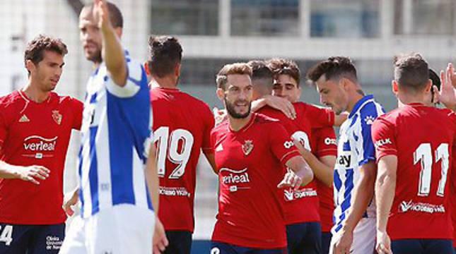 Los jugadores de Osasuna celebran el gol de Javi Martínez durante el amistoso frente al Alavés.