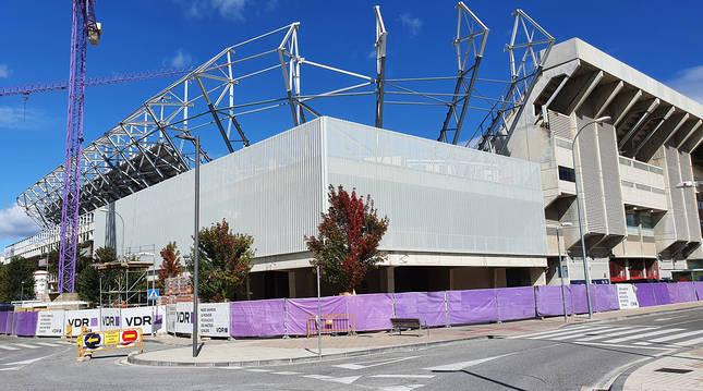 Imagen del zócalo de El Sadar ya con el revestimiento de la fachada colocado entre Gol y Preferencia.