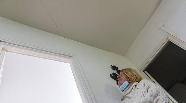 Foto de Lydia Lizarraga Agúndez, vecina de Lizoáin (Navarra), mirando una grieta aparecida en la segunda planta de la casa de su padre tras un temblor de 4 grados.