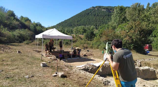 El equipo del yacimiento arqueológico de Arce, situado en el término municipal de Artzibar.