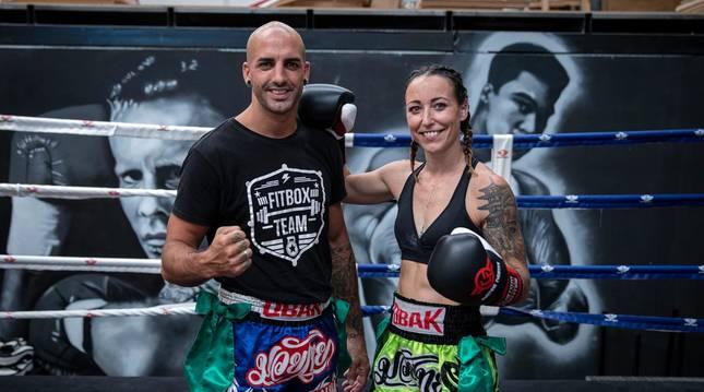 Ion Rodríguez y Nahia Valencia, su mujer, posan en el ring del gimnasio FitBox.