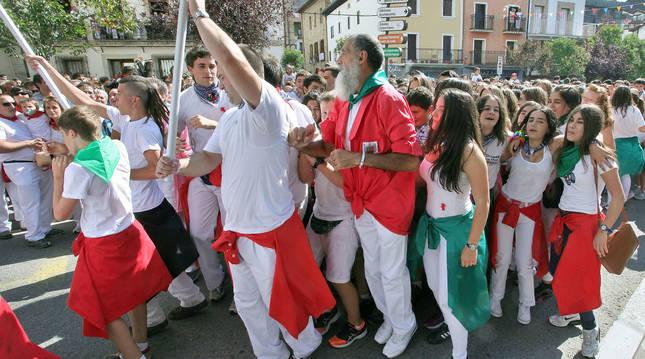 Foto de un inicio festivo tras el lanzamiento del cohete en fiestas de Alsasua (Navarra).