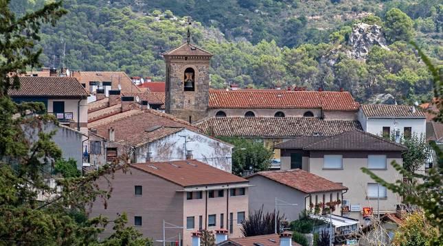 Foto de Ayegui con la torre de la parroquia de San Martín en el cento.