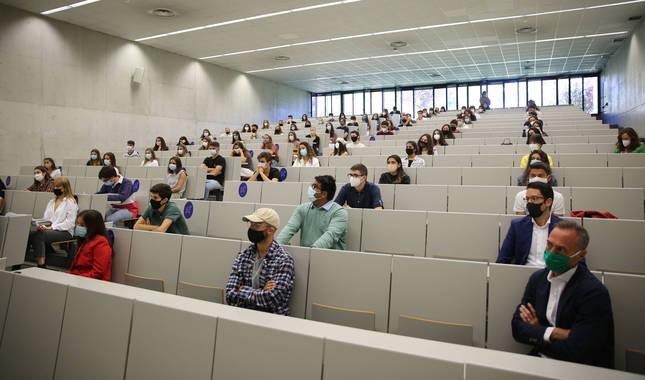 Foto del acto de bienvenida a los estudiantes en la facultad de Comunicación de la Universidad de Navarra en el curso 2020-2021.