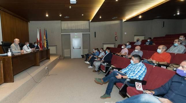 Foto de unmomento de la reunión de este lunes en el hospital de Tudela, con los responsables sanitarios a la izda. y representantes municipales a la dcha.