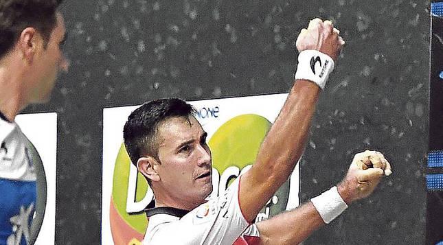 El pelotari Mikel Urrutikoetxea golpea una pelota en el Santi Brouard.