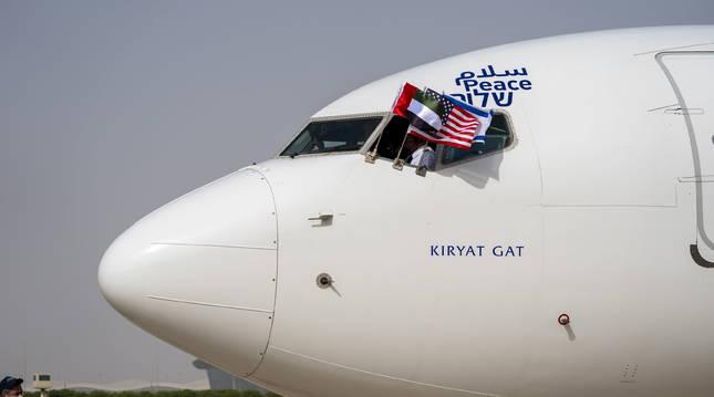 Foto del primer vuelo directo oficial de una aerolínea comercial entre Tel Aviv y Abu Dabi.