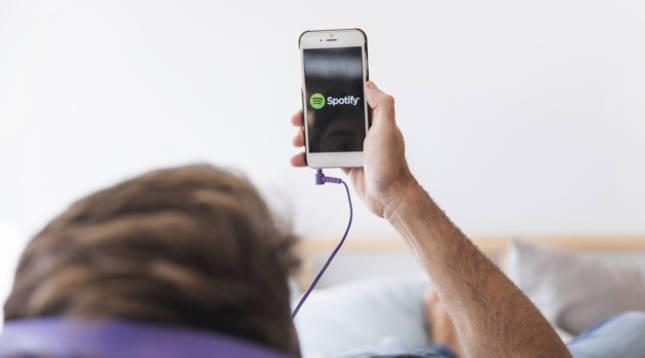 Un joven escucha música a través de Spotify