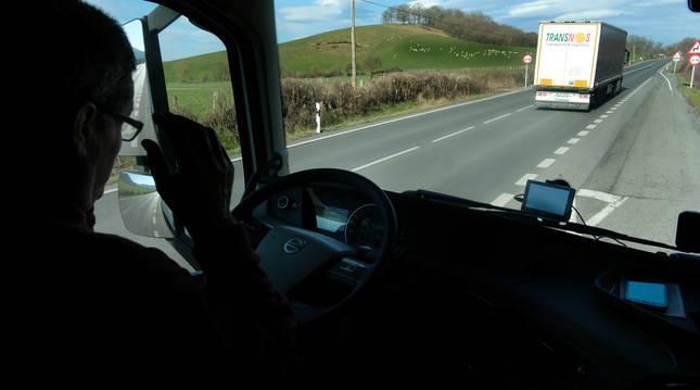 Foto de un transportista conduciendo su vehículo por la N-121-A.