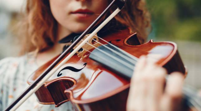 Una violinista ejecuta una pieza
