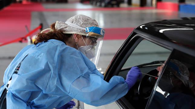 Una sanitaria realiza la prueba PCR en Refena.