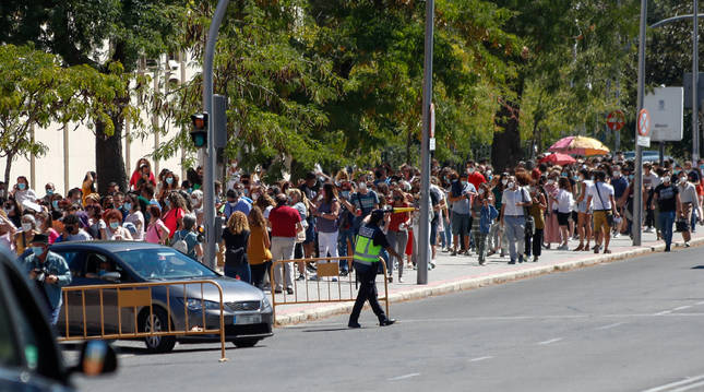 Una multitud de personas guardan cola en el IES Virgen de la Paloma para realizarse test de coronavirus, en Madrid.