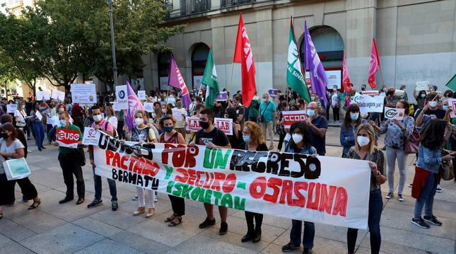 Foto de la concentración del Foro de la Comunidad Educativa ante el Palacio de Navarra para reclamar una vuelta al cole segura.