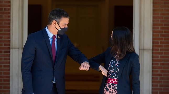 El presidente del Gobierno, Pedro Sánchez, recibe en la Moncloa a la líder de Ciudadanos, Inés Arrimadas, durante su ronda de contactos con los partidos políticos.