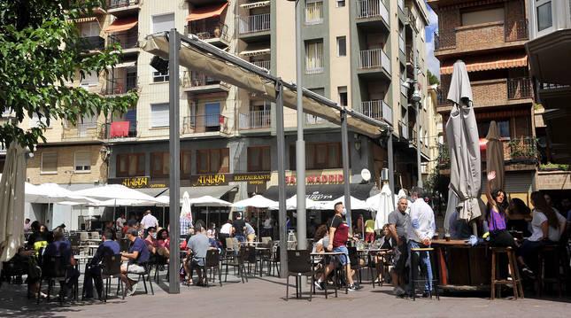 Foto de gente en las terrazas de la plaza Principal de Peralta (Navarra).
