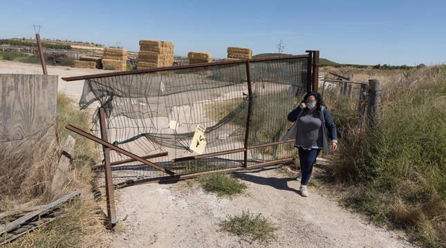 Foto de Ana Pilar Andrés Fabre, ante la puerta destrozada de su finca en Cintruénigo (Navarra).