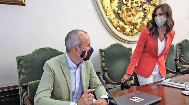 Foto del edil de NA+ Fermín Alonso (Ayuntamiento de Pamplona) hablando con su compañera de grupo Cristina Martínez.