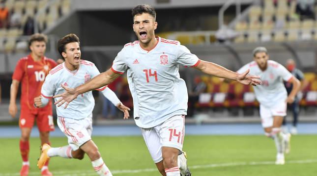 Foto de Hugo Duro celebrando el gol anotado para la selección española sub 21 ante Macedonia del Norte.