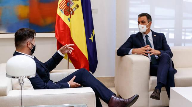 El presidente del Gobierno, Pedro Sánchez (i) y el portavoz de Esquerra Republicana (ERC) en el Congreso, Gabriel Rufián, durante una reunión en el Palacio de la Moncloa.